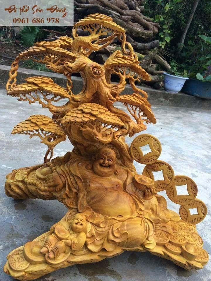 Tượng Phật Di Lặc cầm thỏi vàng